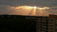 zon door wolken