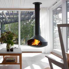 Cheminée Design centrale Ergofocus dans un salon véranda