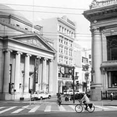 #SanFrancisco Market street, the main street of the city, gong from east to south-west and crossing the center of the city - Financial District - where this photo was taken yesterday.  #friendlylocalguides #sftours #sabfranciscotours #sanfranciscoguide #marketstreet #blackandwhite #sanfranciscobike #biketour