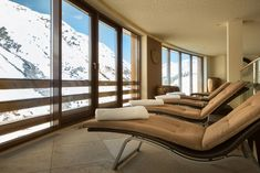 Ruhebereich mit Panoramablick auf die Ötztaler Alpen im Family Spa als Teil des Luxury Spa im 4*S Hotel Bergwelt in Obergurgl. Hotel Berg, Luxury Spa, Lounge, Couch, Furniture, Home Decor, Chair, Recovery, Alps