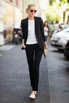 Tailleur pantalon noir à porter avec de la maille blanche et tennis blanches