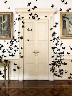 Fabulous Halloween Interior Ideas For Your Home Decor Inspiration - What is the one thing that really creates an atmosphere for a Halloween Party? How many times have you been to a Halloween Party and even. Diy Halloween, Table Halloween, Chic Halloween Decor, Halloween Bebes, Easy Halloween Decorations, Happy Halloween, Holidays Halloween, Halloween Ghosts, Butterfly Halloween