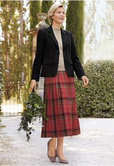 Simple And Classy Skirt Outfits For Winter 22 Winter Skirt Outfit, Casual Skirt Outfits, Winter Outfits, Long Skirt Fashion, Modest Fashion, Fashion Outfits, Knife Pleated Skirt, Tartan Fashion, Tartan Dress