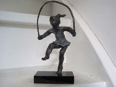 spelend kind. spelend meisje, bronzen beeld meisje, kinderen, brons klein, touwtje springen, meisje touwtje springend. www.yvonvanwordragen.nl