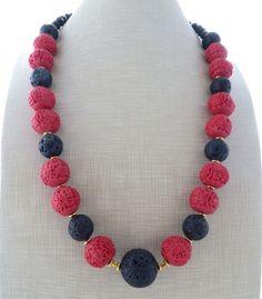 Collana con cinabro rosso, pietra lavica nera e cristalli, gioielli orientali