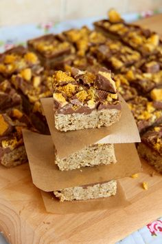 A classic traybake, with a sweet chocolatey twist – Honeycomb Flapjacks! I have had many requests for a recipe like this, and no doubt, there. Tray Bake Recipes, Gourmet Recipes, Sweet Recipes, Cake Recipes, Cooking Recipes, Syrup Recipes, Rolo Cookies, Yummy Cookies, Delicious Chocolate