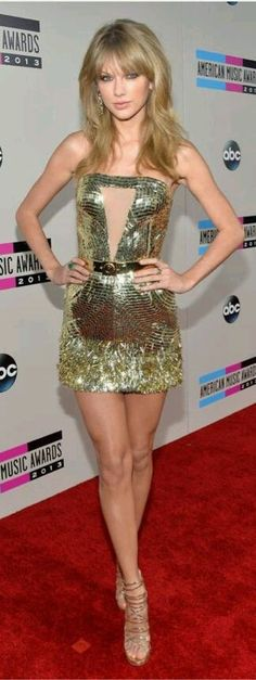 Taylor Swift revved up the sex appeal on the American Music Awards red carpet in LA today, showcasing her svelte figure in a gold minidress. Taylor is expected Taylor Swift Hot, Beautiful Taylor Swift, Estilo Taylor Swift, Taylor Swift Style, Taylor Swift Skinny, Beauté Blonde, Manequin, Taylor Swift Pictures, American Music Awards