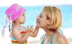 Sonnencreme wird im Sommer mehrmals täglich oft auf den gesamten Körper aufgetragen. Es ist daher wichtig, eine unbedenkliche und giftfreie Sonnencreme zu benutzen. Wir machen die Sonnencreme jetzt immer selbst. Sonnencreme selber machen – und zwar mit diesem leicht umzusetzenden Rezept!