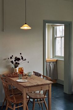 A pine dining table from 1934 fits the Ercol chair .- Ein Kiefern-Esstisch aus dem Jahr 1934 passt zum Ercol-Stuhl der Eigentümer aus… A pine dining table from 1934 matches the Ercol chair of the owners …, # 1960 - Pine Dining Table, Dining Room Decor, Room Decor, Room Inspiration, Interior Design, House Interior, Tiny House Family, Cheap Home Decor, Home Decor