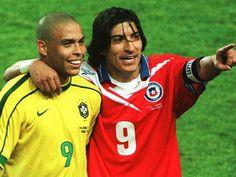 Ronaldo e Zamorano, companheiros de ataque no Inter de Milão, e rivais nos campos da França, na Copa de 1998. Foto: Divulgação