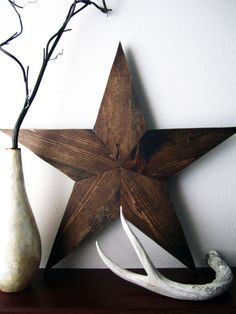 Wood stars always help spruce up a room! Rustic Crafts, Wooden Crafts, Rustic Decor, Jacobean Stain, Star Diy, Wood Stars, Woodworking Inspiration, Reclaimed Wood Projects, Crafts To Make
