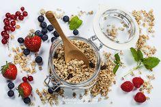 Healthy breakfast - muesli and berries - health and diet concept Healthy Prawn Recipes, Healthy Food List, Healthy Eating For Kids, Kids Diet, Heart Healthy Recipes, Healthy Treats, Finger Foods For Kids, Lunch Snacks, Muesli
