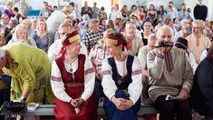 Karjala-nostalgia ei ole enää poliittisesti arka aihe - Suistamon Perinneseuran tapaamisissa musiikki soi karjalaiseen tapaan Captain Hat, Hats, Nostalgia, Jackets, Youtube, Fashion, Historia, Down Jackets, Moda
