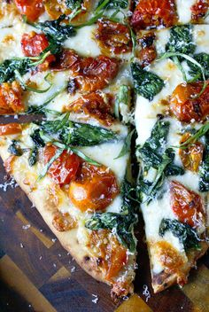 pizza recipes Flatbread makes a fantastic appetizer or light meal. Topped with sweet roasted cherry tomatoes, and spinach will make you keep wanting one more bite. Spinach Flatbread Recipes, Flatbread Appetizers, Flatbread Ideas, Flatbread Toppings, Spinach Pizza, Spinach Appetizers, Flatbread Sandwiches, Garlic Pizza, Veggie Pizza