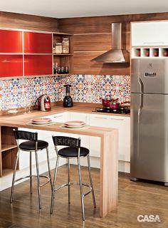 02-cozinha-acessivel Kitchen Dinning Room, Red Kitchen, Apartment Kitchen, Apartment Interior, Kitchen Interior, Home Interior Design, Kitchen Decor, Kitchen Design, Interior Decorating
