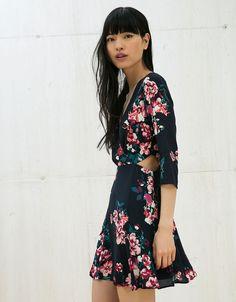Jurk met bloemenprint en openingen aan zijkant. Ontdek dit en nog véel meer kledingstukken in Bershka met elke week nieuwe producten.