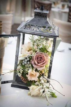 Faroles para bodas repletos de flores para una boda rústica glam en un jardín. Foto: Niki Mills Photography