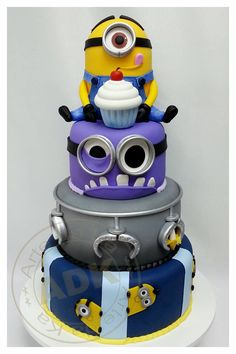 Despicable Me cake / Minions. Samurio Samurio Worrall Ver Laine This is so cool :D Pretty Cakes, Cute Cakes, Beautiful Cakes, Amazing Cakes, Torta Minion, Bolo Minion, Minion Cakes, Purple Minion Cake, Crazy Cakes