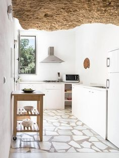 A cave house is an unique hypogeum building, tipical of South Spain (called in Spanish casa cueva).You can sleep in a cave house in Spain. Farmhouse Kitchen Decor, House Design, Interior Decorating, Kitchen Decor, Home Decor, House Interior, Interior Design Styles, Interior Design, Kitchen Design