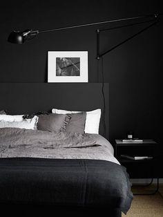 preto total na decoração de quarto de casal, cabeceira preta, parede preta, roupa de cama escura