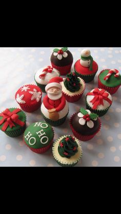 Delicious Christmas Cupcake Recipes the Whole Family Will Love - Snack navideños - Mini Christmas Cakes, Christmas Cupcakes Decoration, Holiday Cupcakes, Christmas Sweets, Christmas Goodies, Holiday Treats, Christmas Baking, Snowman Cupcakes, Christmas Christmas