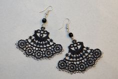 Earrings made of black lace and pearls. http://www.minka.fi/korvakorut-pitsikorvakorut-c-36_39.html