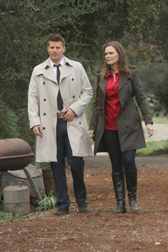 """Booth (David Boreanaz) & Brennan (Emily Deschanel) in the """"The Family in the Feud"""" episode of BONES."""