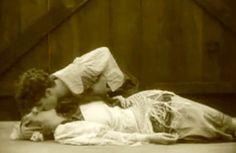 """Charles Chaplin beija Edna Purviance em 1915, em cena de """"Carmen às Avessas"""" (""""Burlesque on Carmen"""").    Veja também: http://semioticas1.blogspot.com.br/2011/09/pandora.html  ."""