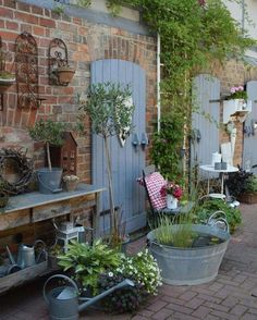 rustic garden decor How to give your garden a rural rustic air easy summer DIY design It is not necessary to say that the rustic garden design is simple. In other words, as natural as possible. Of course, this Rustic Gardens, Outdoor Gardens, French Country Gardens, French Country Style, Diy Garden Decor, Garden Art, Easy Garden, Vintage Garden Decor, Vintage Porch