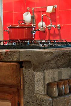 Soluzioni :: Cucine in muratura, il fascino della pietra country kitchen stone countertop