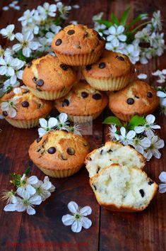 briose cu vanilie si chipsuri de ciocolata Baby Food Recipes, Cookie Recipes, Romanian Food, Pain, Caramel, Deserts, Muffin, Easy Meals, Food And Drink
