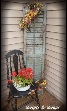 Old Chair, Old Shutter, Fresh Flowers Alter Stuhl, alter Fensterladen, frische Blumen Small Porches, Decks And Porches, Rustic Porches, Country Porches, Vintage Porch, Vintage Home Decor, 1950s Decor, Vintage Chairs, Window Boxes
