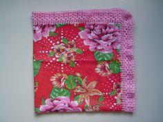 Toalha para mesa feita em tecido chita (100% algodão) com barrado em crochê (linha para crochê 100% algodão).Aceito encomendas.entre em contato pelo facebook.