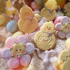 Easter chicks and flower cookies. Somebody worked pretty hard! Fancy Cookies, Iced Cookies, Cute Cookies, Easter Cookies, Royal Icing Cookies, Easter Treats, Holiday Cookies, Sugar Cookies, Galletas Decoradas Baby Shower