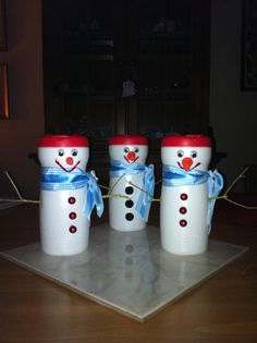 Snowmen made out of coffee creamer containers. Great project for the kids to make for their teacher's gifts. Then fill with candy.