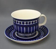 Arabia kahvikuppi, Valencia, Design, Ulla Procopé. 1960-luku. Käsin maalattu koriste.