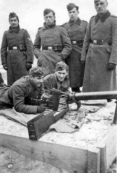 German soldiers with machine gun MG 08/15