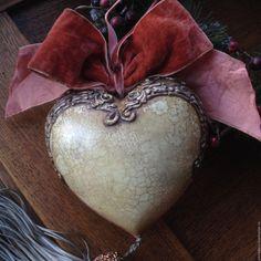 Купить или заказать 'Старый фотоальбом. Зима' Керамическое Интерьерное Сердце в интернет-магазине на Ярмарке Мастеров. РЕЗЕРВ Интерьерное керамическое сердце. Кракле, состаривание, красивый состаренный текстильные декор. Кисть расшита бисером. Богатый декор, имитирующий металл. Единственный экземпляр. Без повтора.