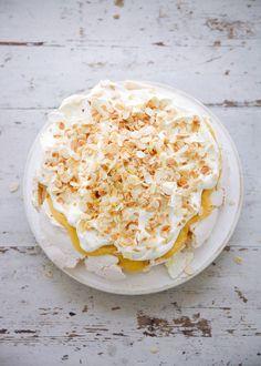 Lemon Pavlova Lemon Curd Pavlova, Curd Recipe, Trifle Recipe, Pudding Recipe, Gateaux Cake, Lemon Cheesecake, Lemon Tiramisu, Nigella Lawson, Tea Cakes