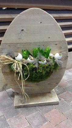 Steigerhouten EI met aan 1 zijde het verse bloemwerk en andere zijde plankjes voor lichtjes en/of decoraties: