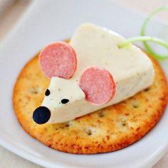 Divertidos canapés en forma de ratón... vía @Candidman Ingredientes: •Galletas saladas •Queso panela •Salchichas •Aceitunas negras •Cebollín Preparación: 1.- Corta el queso panela en triángulos pequeños y colócalo encima de la galleta salada. 2.- Utiliza las aceitunas para hacer la nariz y corta pequeños pedacitos para los ojos. 3.- Corta rodajas delgadas de salchicha para las orejas. Insértalas para que no se muevan. 4.- Corta una tirita de cebollín para la cola y ponla en la parte de…