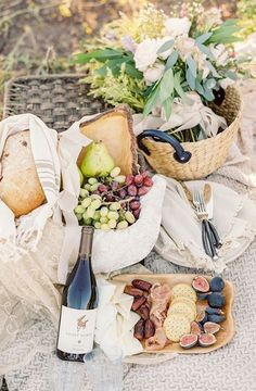 Picnic season is here! Whether you're headed to a sunny beach, shady forest or simply your local park, we have a selection of tips and ideas to make your picnic the best yet… Picnic Date, Beach Picnic, Summer Picnic, Spring Summer, Plateau Charcuterie, Brunch, Picnic Style, Romantic Picnics, Romantic Dinners