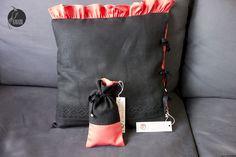 Czarno-czerwona poduszka dekoracyjna z falbanami i z sakiewką