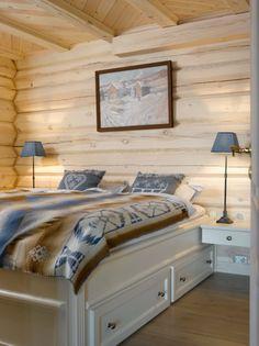 BLÅTT OG BRUNT: Blått og brunt er en herlig kombinasjon, og særlig på soverommet. Shabby Chic Interiors, Cottage, Cabin, Rustic, Interior Design, House, Furniture, Mountain, Home Decor