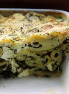 Zapiekanka makaronowa ze szpinakiem, serem feta i sosem czosnkowym