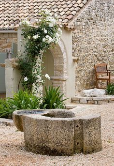 A very hot climate, a beautiful garden, full of local stone,   class details, generous and tolerant plants.     Un clima decisamente cald...