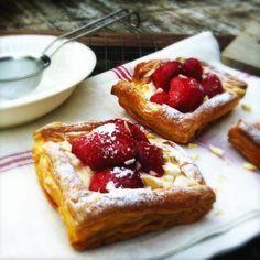 Snelle zomerse Aardbeientaartjes - Made by Ellen - Echt super lekker en zo simpel te maken! (voor mij zonder de honing!)