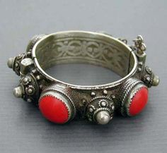 Algeria | Antique Berberhingedbracelet from the south. Original design and excellent workmanship using mixed metals, red bakelite and enamel (almost totally worn) | 340$