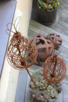 Najtråd kan man ha till mycket fint! Metal Projects, Diy Craft Projects, Garden Projects, Wire Crafts, Diy And Crafts, Bowling Ball Art, Metal Garden Art, Veg Garden, Garden Architecture