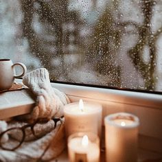 Don't you love reading on a rainy day? Cozy Aesthetic, Autumn Aesthetic, Hygge, Positive Energie, Vsco, Autumn Cozy, Rainy Days, Cozy Rainy Day, Cozy House